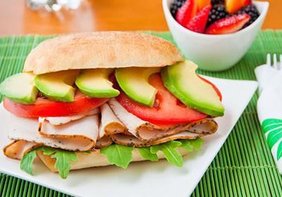 morčací sendvič a avokádo
