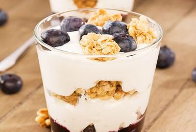 musli pohár s ovocím a jogurtom